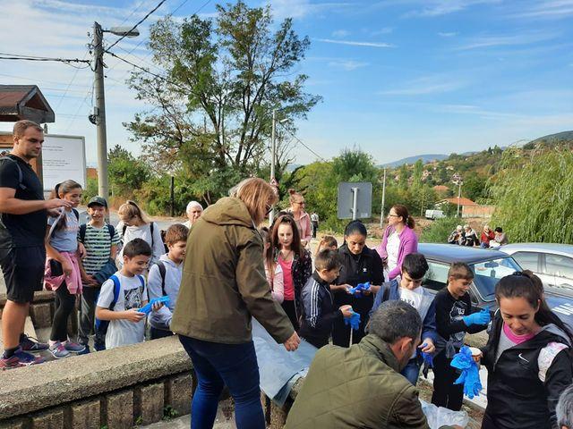 """На 03.10.2020 г. се включиха около 200 ученици в почистването на ПП """"Сините камъни"""", обявено от ДПП """"Сините камъни"""" към Изпълнителна агенция по горите..."""
