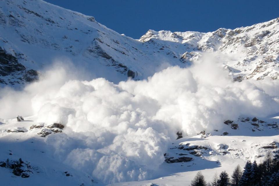 Лавинната опасност в планините остава, предупреждават от Планинската спасителна служба и поясняват, че топлото време прави снега неустойчив, а вятърът...