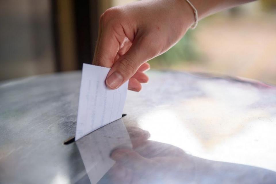 Право да гласуват с подвижна избирателна кутия в изборите за народни представители на 11-и юли ще имат хората с трайни увреждания, които не могат да напускат...