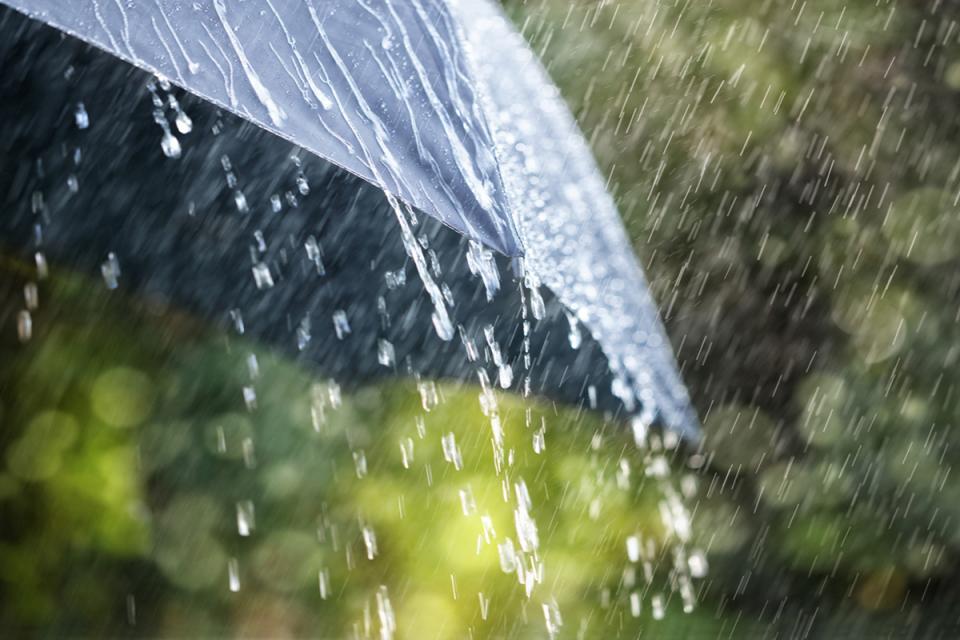 Оранжев код за опасни валежи е в сила за 5 области в страната. В Бургас, Ямбол, Хасково, Смолян и Кърджали се очакват валежи до 50 литра на квадратен метър....
