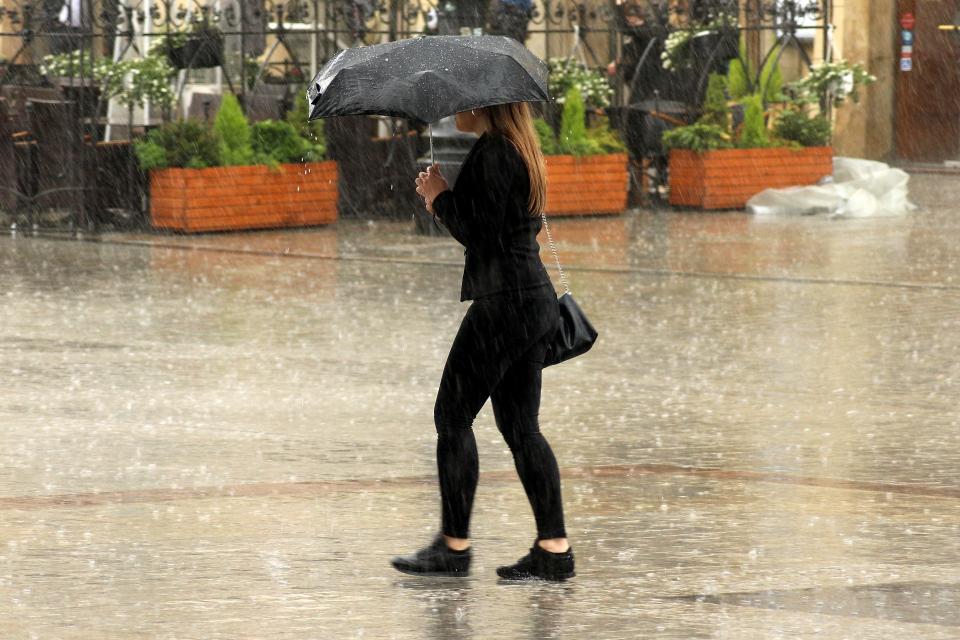 Оранжев код за интензивни валежи от дъжд е в сила за 4 области във вторник, за други 12 кодът е жълт, предупреждават от НИМХ. Оранжев е кодът за областите...