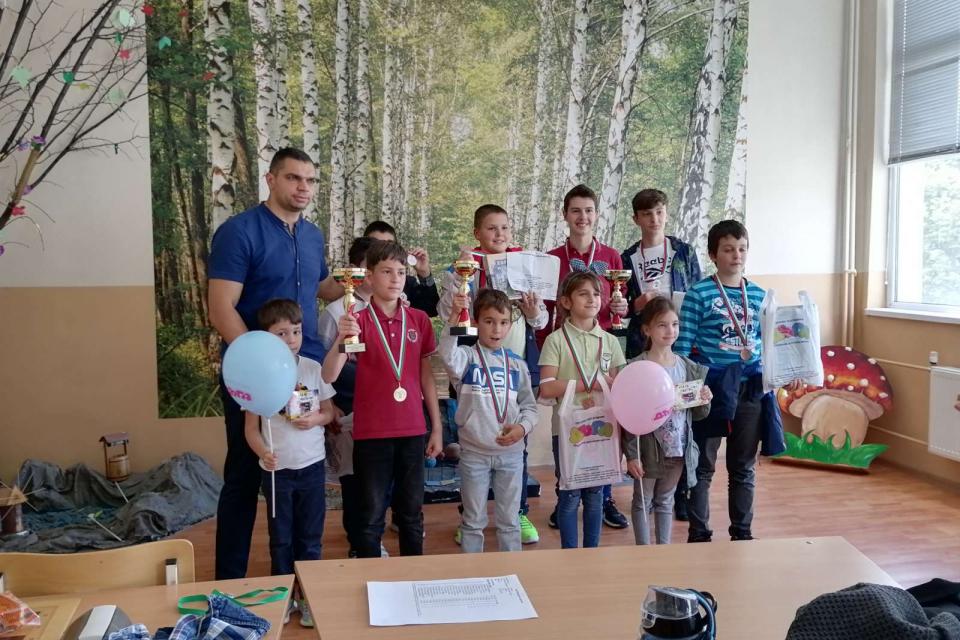 """По случай Международния ден на детето - 1 юни, шахматен клуб,, Сините камъни """" гр. Сливен, съвместно със СУ,, Пейо Яворов"""" гр. Сливен, организира ,, Първи..."""