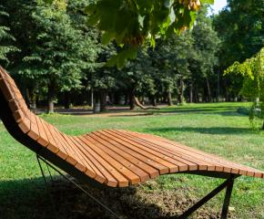 Още две нови пейки с ергономичен дизайн са монтирани в Градския парк на Ямбол