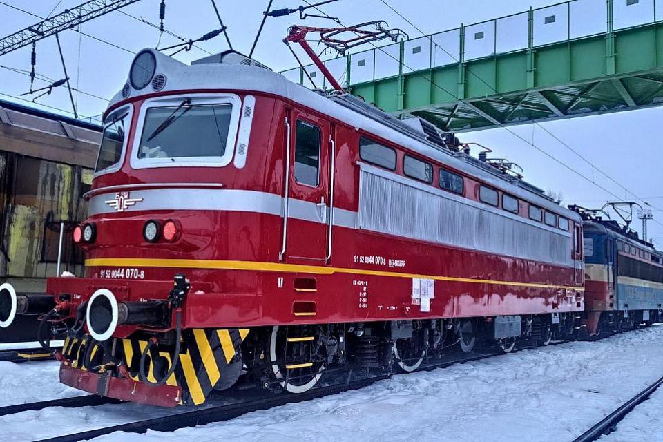 Ремонтираният локомотив е част от изпълнението на два договора за извършване на капитален ремонт на общо 20 електрически локомотива от серия 44, които...