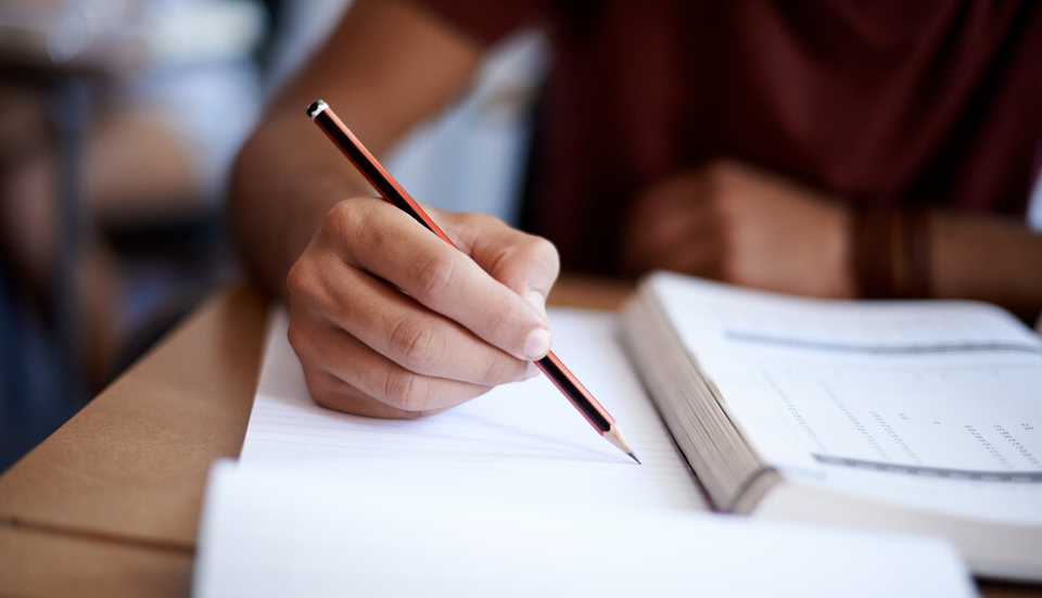 """Над 36 хиляди зрелостници се явяват днес на втория задължителен изпит по избран предмет.Английският език е най-предпочитан за втора матура. """"Биология..."""