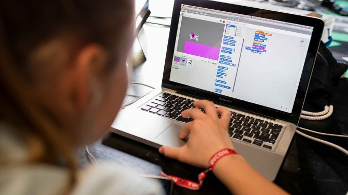 Нов проект на община Ямбол цели осигуряването на преносими компютри, таблети и Интернет-връзка на общо 20 деца, които подлежат на задължително предучилищно...