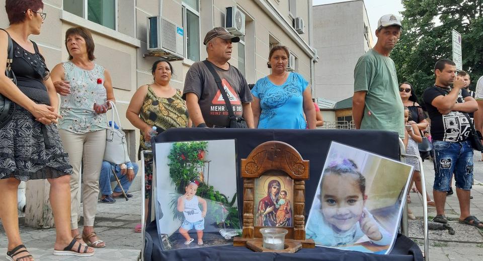 Защитата на осъдения за убийство на дете от сливенското село Сотиря обжалва доживотната присъда. Това потвърди председателят на съдебния състав съдия Мартин...