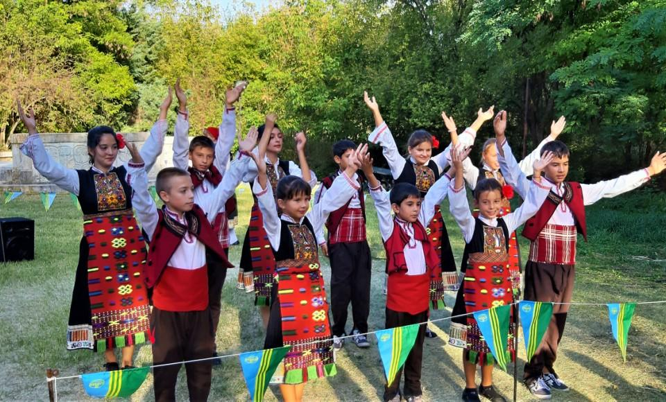 С представяне на сватбен обичай, с много песни и танци, на 31 август 2019 година в село...