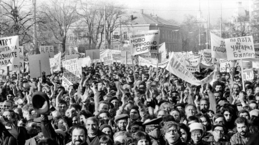Всичко започва на 9 ноември - денят, в която пада Берлинската стена. Свидетелствата разказват, че тогава висшите партийни функционери ген. Добри Джуров,...