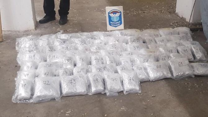 """Митнически служители са открили над 33 кг канабис на стойност 135 080 лв. в лек автомобил, излизащ от България през ГКПП """"Капитан Андреево"""", съобщиха от..."""