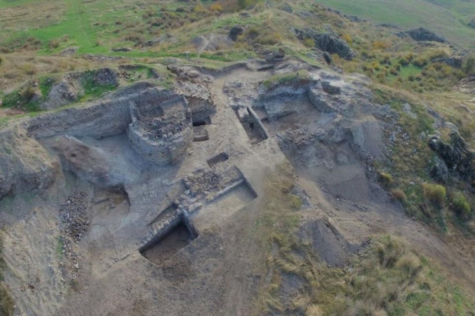 """Кости от камила и европейски бизон са открити при разкопките на крепостта """"Русокастро"""". Това съобщиха от Регионалния исторически музей в Бургас. Особено..."""