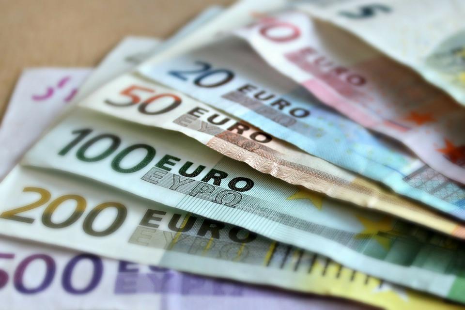 """Митнически служители от Главна дирекция """"Митническо разузнаване и разследване"""" откриха недекларирани 19250 евро в дамска чанта, при митническа проверка..."""