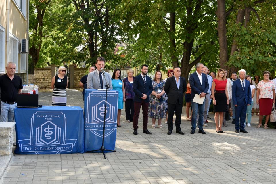 С официална церемония днес стартира новата академична година във Филиал Сливен към Медицински университет-Варна. Пред студентите, гостите и академичния...