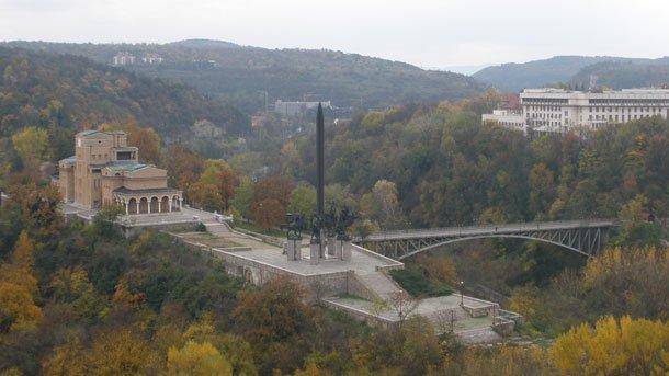 Средновековен некропол от Второто българско царство беше разкрит при изкопни работи за паркинг във Велико Търново. Строителството е спряно, а инвеститорът...