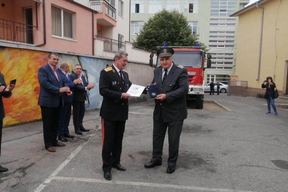 Служители на Районните служби за пожарна безопасност и защита на населението в област Сливен бяха отличени за проявен висок професионализъм и отговорност...