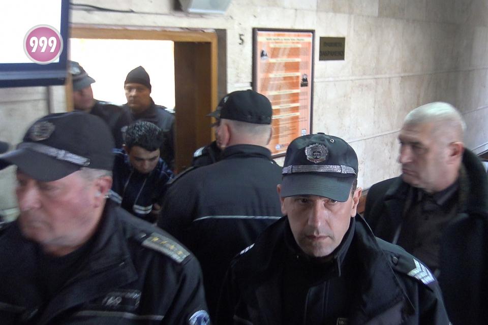 Окръжният съд в Сливен отложи делото срещу обвинения в убийството на малолетната Кристин от село Сотиря. Мартин Трифонов ще влезе отново в съдебната зала...