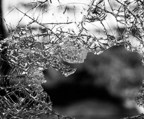Отново агресия на пътя. Таксиджия счупи стъкло на градски автобус след словесен конфликт.