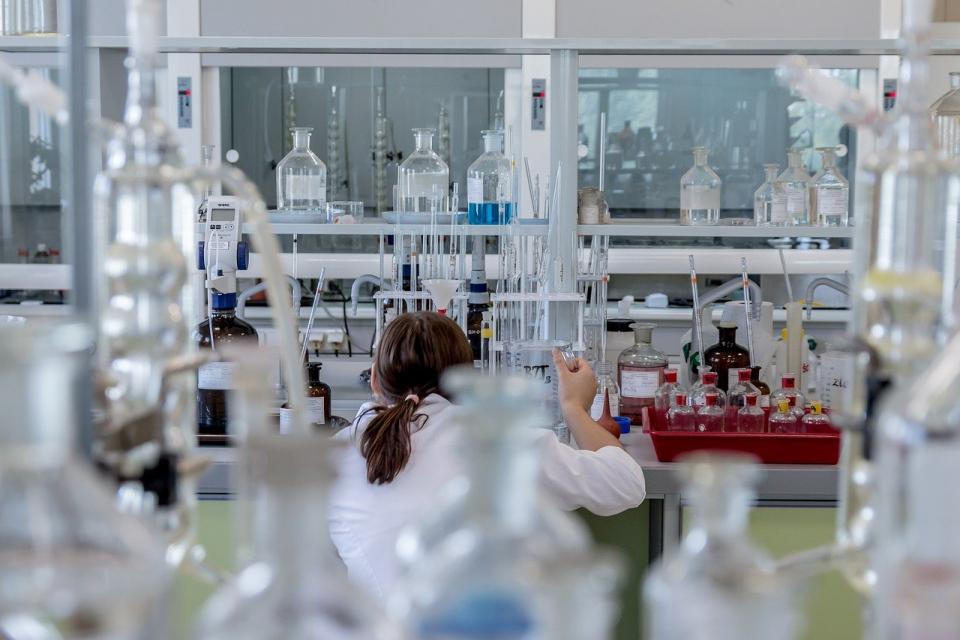 Нови 111 случая на коронавирус в област Ямбол и 121 в област Сливен отчитат лабораториите от вчерашния ден. Общо в страната новите случаи за денонощието...