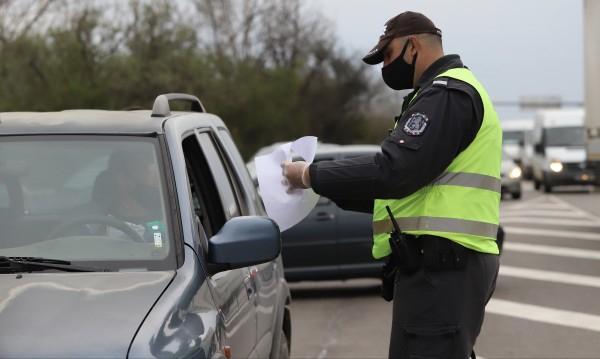 """Въпреки предупрежденията на Националния оперативен щаб хората да ограничат пътуванията си, движението на изхода от София на автомагистрала """"Тракия"""" и днес..."""