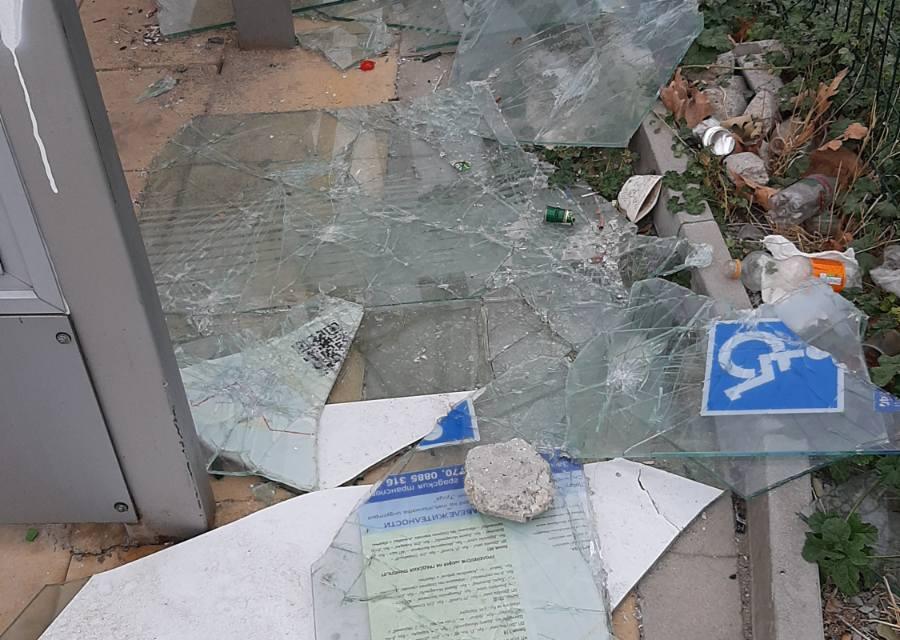 """Отново са констатирани вандалски прояви на обекти за обществено ползване в Сливен, съобщават от Общинско предприятие """"Озеленяване"""". От там уточниха, че..."""