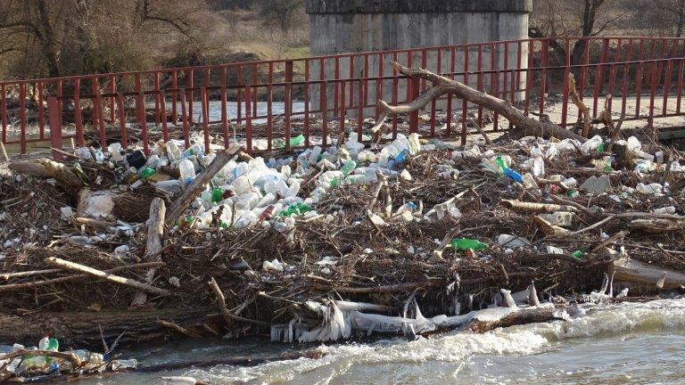 Ново плаващо сметище – този път по поречието на река Струма. Рибари ни изпратиха сигнал и снимки, че реката е затънала в боклуци в района на община Бобошево....
