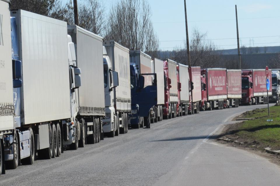 Отпада карантината за българските шофьори на тирове, които влизат в страната. Това ще важи за шофьорите на камиони до и над 3, 5 тона, както и за автобусните...