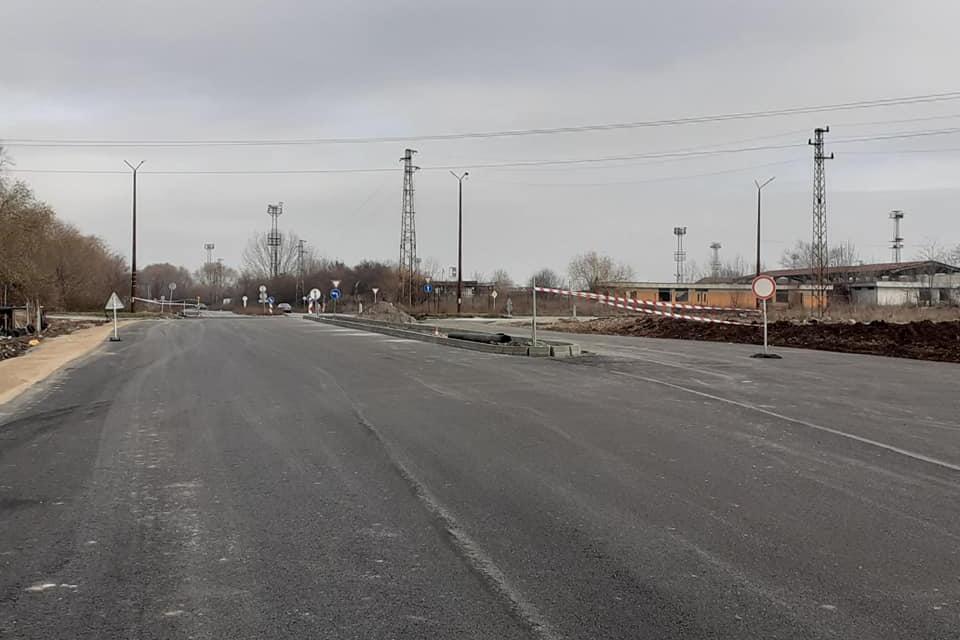 Пусната за движение ремонтиращата се отсечката от кръстовището на Практикер в посока стария ДАП в Ямбол, част от обходен път Юг. За по-малко от месец и...