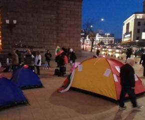 Палатковият лагер на медицинските сестри остава пред Министерския съвет