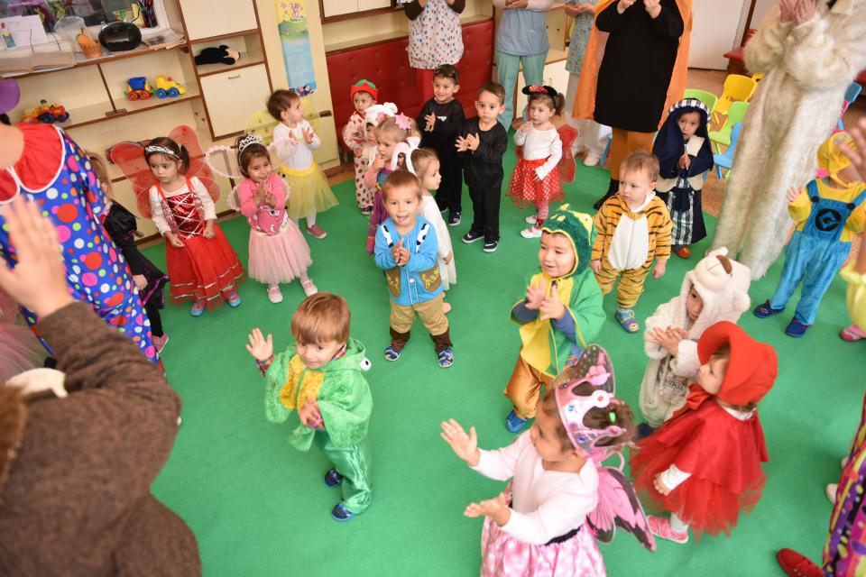 """Днес в детска ясла №3 се проведе парад на приказните герои –""""Есенен карнавал – Бал с маски"""".Събитието премина с много игри, песни и танци. Инициативата..."""