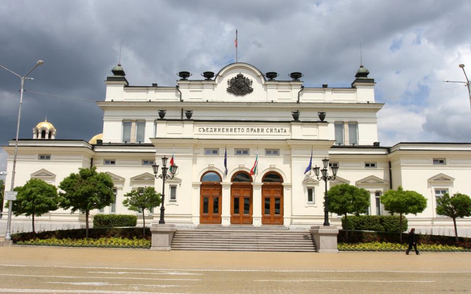 Парламентът се събира извънредно заради ветото на президента върху част от Закона за мерките при извънредно положение. Председателят на Народното събрание...