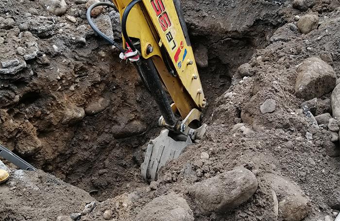 """След спирането на дъжда """"ВиК"""" Ямбол поднови работата си по изграждане на нови водопроводни връзки на пресечката на ул. """"Преслав"""" и ул. """"Търговска"""". По..."""