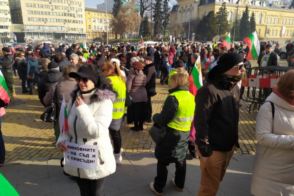 Жителите на Перник, които излязоха на протест в центъра на София заради водната криза в града, поискаха оставката на премиера Бойко Борисов и на регионалния...