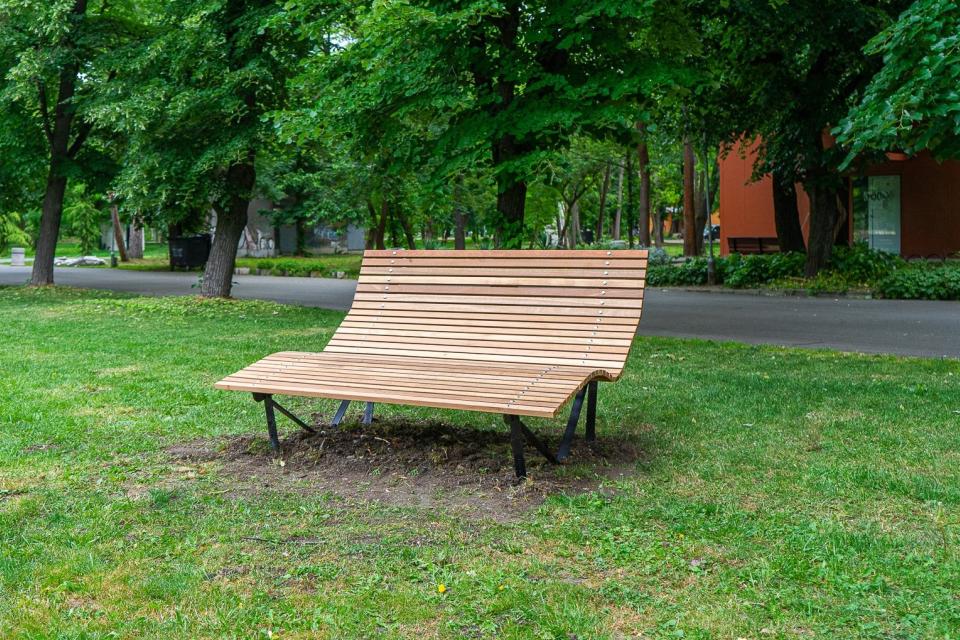 Пейка с уникален дизайн е монтирана в Градския парк на Ямбол, в близост до големия розариум. Произведена е в Кралство Нидерландия и е дарена на Община...