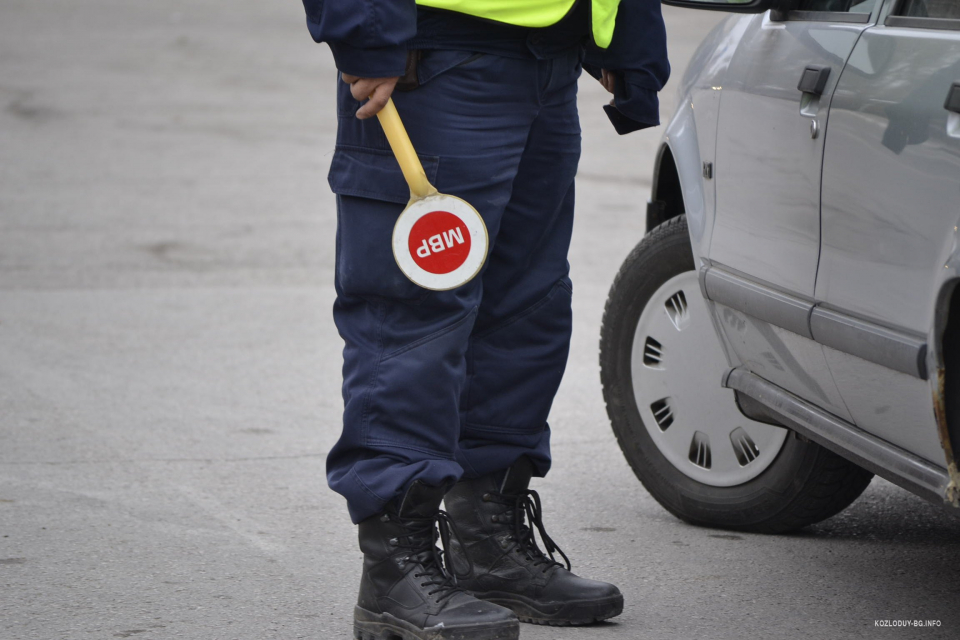 53-годишен водач на лек автомобил е задържан в РУ-Котел, след като е оказал съпротива при извършване на проверка за употреба на алкохол. На 3 декември,...