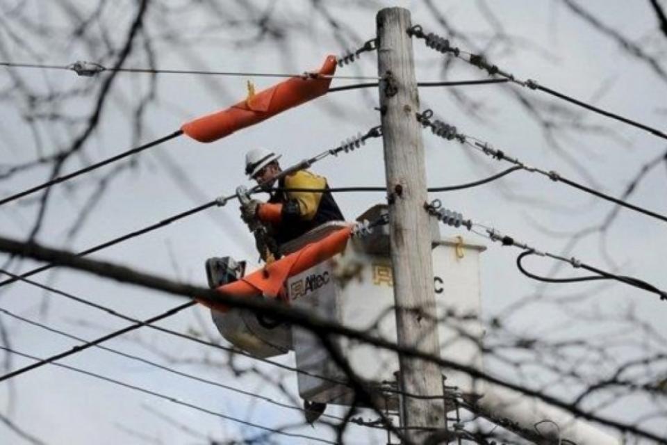 Продължават ремонтите на електропреносната мрежа в центъра на Сливен Обезопасяване на изводи на електропреносната мрежа на Електроенергийния системен...