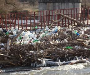 Плаващо сметище се образува в коритото на река Струма