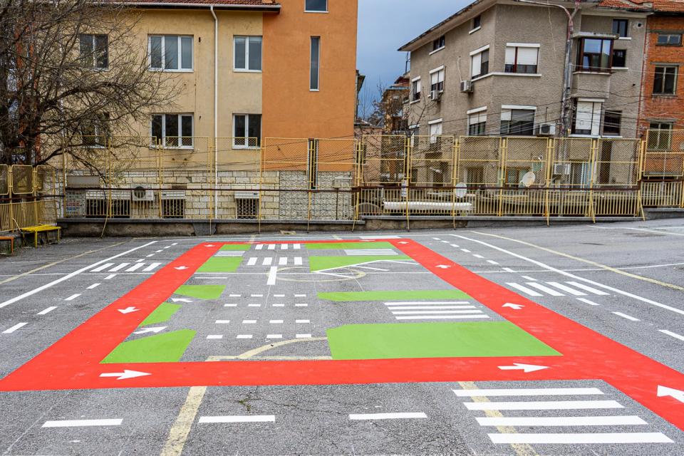Нова площадка по безопасност на движението, разположена в двора на Общински детски комплекс, ще посреща децата на Ямбол. Интерактивното съоръжение е съставено...