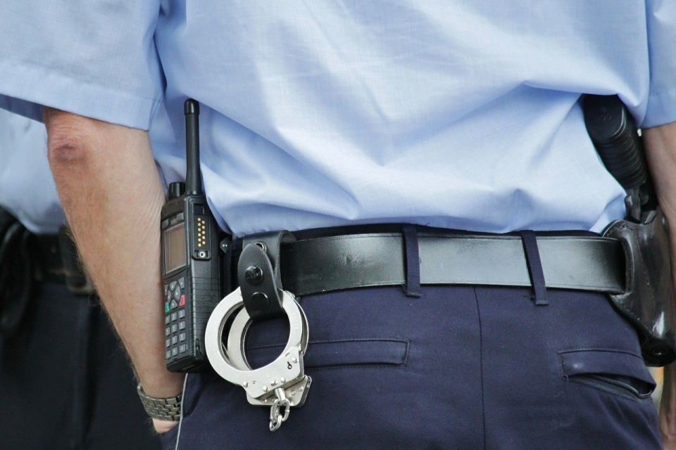 Двама пловдивски полицаи са пострадали, след като в патрулния им автомобил се врязал електромобил с 20-годишен водач, съобщиха от пресцентъра на ОД на...