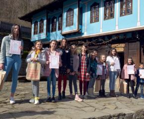 """Победителите в конкурса """"Мартеници от гайтан"""" получиха награди и отличителни от екипа на музей """"Етър"""""""