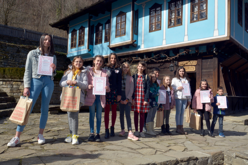 """В музей """"Етър"""" бяха връчени наградите на отличените участници в Националния конкурс """"Мартеници от гайтан"""". От различни места на страната пристигнаха деца..."""