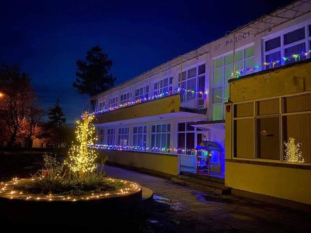 За втора година на 8 декември Община Ямбол обяви конкурс за най-красива външна коледна украса, инициатива, посветена на Рождество Христово и Нова година. Бляскавата...
