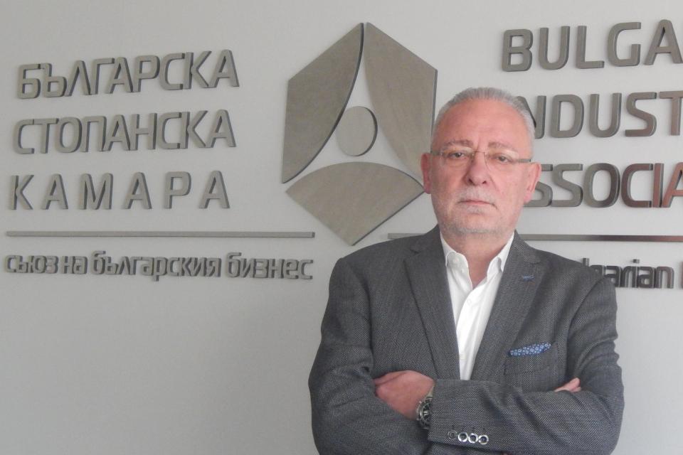 Само 16 дни, след като посрещна 61-вия си рожден ден, почина журналистът и бизнесмен Радосвет Радев. Радосвет Радев е починал внезапно пред сградата на...