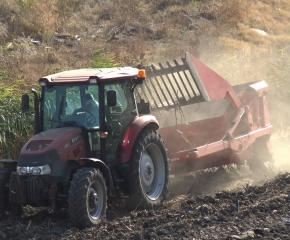 Почистиха от камъни и едри битови отпадъци коритото на река Тунджа (ВИДЕО)