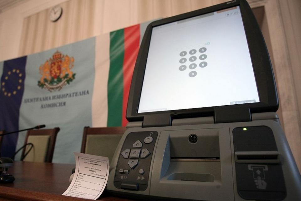 Още 1 500 машини за гласуване ще закупи Централната избирателна комисия за предсрочните парламентарни избори на 11 юли. Решението е принципно, като за...