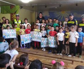 """Полицаи подариха учебен календар """"За моята безопасност"""" на всички деца в 1 и 2 клас"""