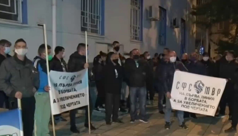 Служители на различни служби на МВР от Хасково и Кърджали излязоха на едночасов протест пред сградата на РУ-Хасково снощи, съобщава БТА. Полицаи, пожарникари...
