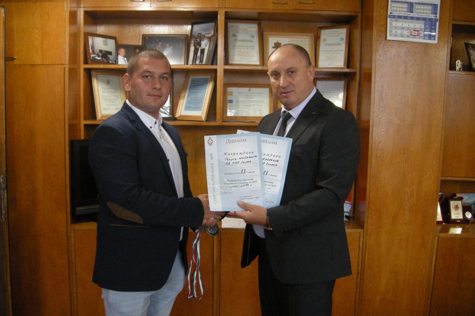 Георги Кайраков, полицай в РУ-Нова Загора, спечели два сребърни медала в републиканското първенство по карате за служители на МВР, състояло се миналата...