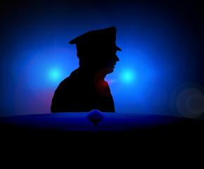 Полицай загина в патрулка, ударена от кола, докато описва друга катастрофа