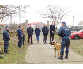 Полицейските кучета и водачите им са в готовност за предстоящите празници (видео)