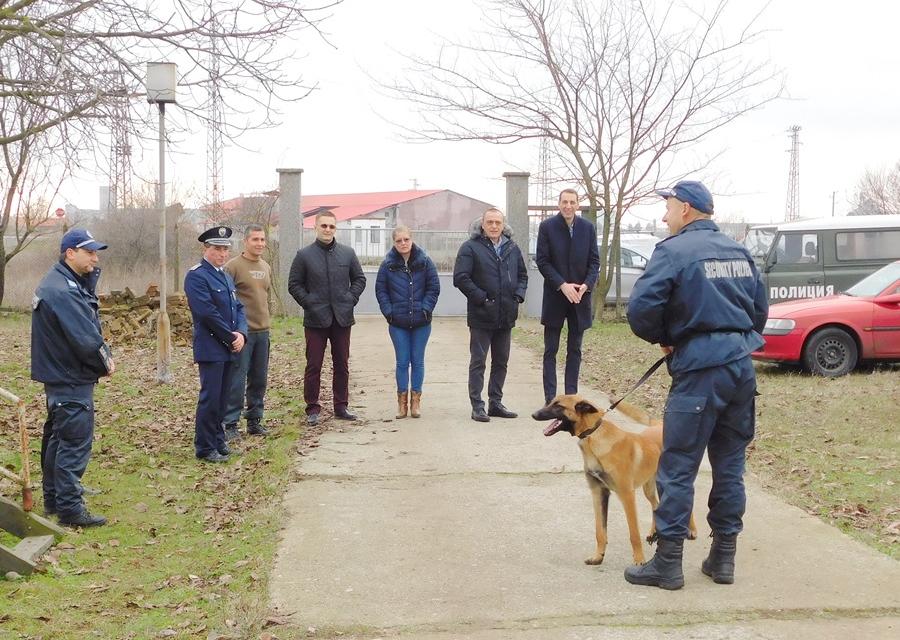 Директорът на ОДМВР-Ямбол старши комисар Калоян Милтенов, посети Питомника на областната дирекция и наблюдава планово занятиена служебните кучета. В...